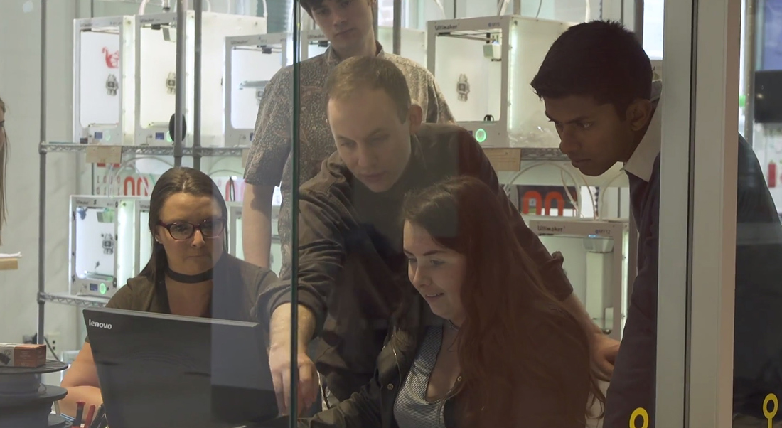 Students work in lab.